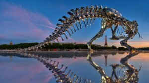 El T Rex mira la Torre Eiffel