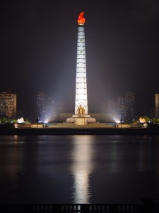 «Juche Tower» de Martyn Williams - Trabajo propio Photo taken by Martyn Williams. Disponible bajo la licencia Creative Commons Attribution-Share Alike 2.5 vía Wikimedia Commons